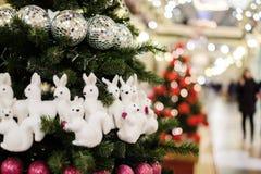 Bild des verzierten Weihnachtsbaums mit Bällen und Perlen Lizenzfreies Stockfoto