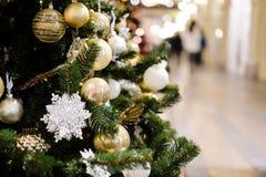 Bild des verzierten Weihnachtsbaums mit Bällen und Perlen Lizenzfreie Stockfotos