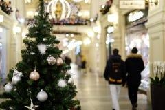 Bild des verzierten Weihnachtsbaums mit Bällen und Perlen Stockbild