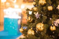 Bild des verzierten Weihnachtsbaums mit Bällen und Perlen Lizenzfreie Stockbilder