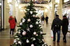 Bild des verzierten Weihnachtsbaums mit Bällen und Perlen Stockfotografie