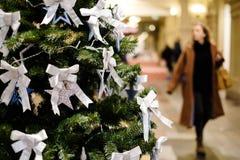 Bild des verzierten Weihnachtsbaums mit Bällen und Perlen Stockfotos