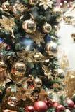 Bild des verzierten Weihnachtsbaums mit Goldverzierungen Stockfoto