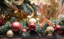 Bild des verzierten Weihnachtsbaums mit Rot und Goldverzierungen Lizenzfreies Stockbild