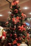 Bild des verzierten Weihnachtsbaums mit roten Bällen und Bögen Lizenzfreie Stockfotos