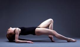 Bild des würdevollen dünnen Mädchens, das im Studio aufwirft Lizenzfreies Stockbild