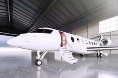 Bild des weißen Matte Luxury Generic Design Private-Jet-Parkens im Hangarflughafen Konkreter Boden Junge Frau im Herbstwald Lizenzfreie Stockfotos