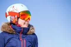 Bild des weiblichen Athleten in der Maske und im Sturzhelm Stockfotos