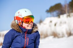 Bild des weiblichen Athleten in der Maske und im Sturzhelm Lizenzfreies Stockfoto