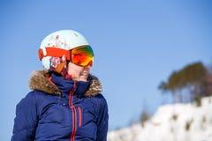 Bild des weiblichen Athleten in der Maske und im Sturzhelm Lizenzfreie Stockbilder