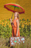 Bild des weiblichen haltenen Regenbogenregenschirmes und Stockbilder