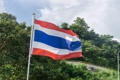 Bild des Wellenartig bewegens der thailändischen Flagge von Thailand mit Hintergrund des blauen Himmels Lizenzfreies Stockbild