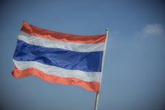 Bild des Wellenartig bewegens der thailändischen Flagge von Thailand mit Hintergrund des blauen Himmels Lizenzfreie Stockbilder