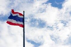 Bild des Wellenartig bewegens der thailändischen Flagge von Thailand mit Hintergrund des blauen Himmels Stockbild