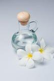 Bild des wesentlichen Schmieröls und der Blumen Stockfoto