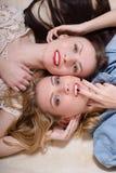 Bild des Zaubers 2 blond und der Brunettefreundinnen Lizenzfreie Stockfotos