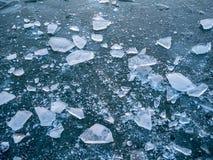 Bild des zerquetschten Eises auf gefrorenem See stockbild