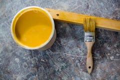 Bild des Zinns der Farbe und des Malerpinsels Stockbild