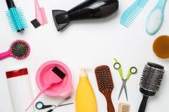 Bild des Zubehörs Friseur, Haartrockner, Kamm, Haarbänder lokalisiert auf weißem Hintergrund Lizenzfreie Stockbilder