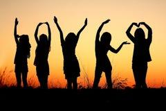 Bild ein Gruppe von Personen am Sonnenuntergang Lizenzfreies Stockfoto