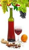 Bild einer Flasche des Weins, des Glases Weins, der Traube, der Orange und der Gewürznahaufnahme Stockbild