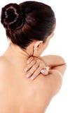Bild einer Frau, die ihre Schulter berührt Stockbilder