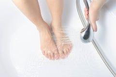 Bild einer Frau, die Showerhead hält Lizenzfreie Stockfotos