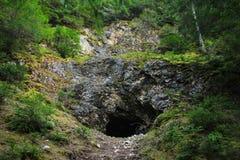 Bild einer Höhle in einem Berg Stockbilder