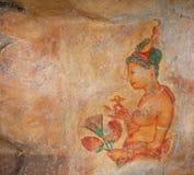 Bild einer jungen Frau auf einer Felsenoberfläche Sigiriya, Polonnaruwa, Lizenzfreie Stockbilder