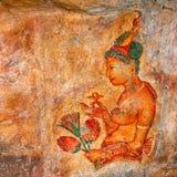 Bild einer jungen Frau auf einer Felsenoberfläche Sigiriya, Polonnaruwa, Lizenzfreies Stockbild