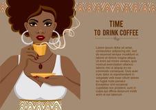 Bild einer jungen Frau des schönen Afroamerikaners mit einem wohlriechenden Tasse Kaffee Stockbilder
