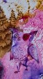 Bild einer purpurroten Eule, die durch den Wald geht stock abbildung