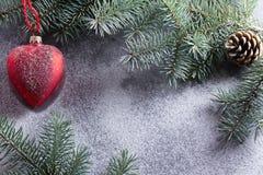 Bild einer Reihe Feiern des neuen Jahres Weihnachtsdekorationen, Weihnachtsbaumaste und festlicher Schnee Gut für advertisin Stockbild