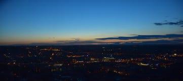 Bild einer Stadt bis zum Nacht Stockfotografie