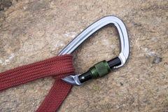 Bild eines carabiner Hakens und des roten Seils Lizenzfreie Stockfotografie