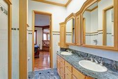 Bild eines ensuite Badezimmers eines Schlafzimmers lizenzfreie stockfotos