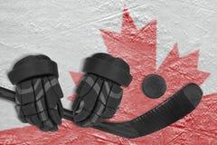 Bild eines Fragments der kanadischen Flagge auf Eis und Hockey acces Stockbild