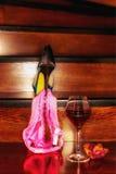 Bild eines Glases Weins und Bikinis und Schuhes Stockfoto