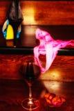 Bild eines Glases Weins und Bikinis und Schuhes Stockfotos