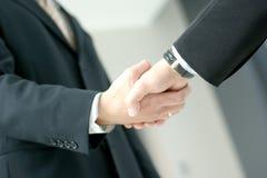 Bild eines Händedrucks zwischen zwei Geschäftsleuten Stockfoto