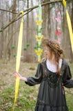 Bild eines hübschen Mädchens in einem Volkscirclet von Blumen Lizenzfreie Stockfotos