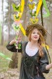 Bild eines hübschen Mädchens in einem Volkscirclet von Blumen Stockbild