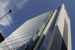 Bild eines hohen Wolkenkratzers und des bewölkten Himmels lizenzfreie stockbilder