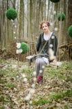 Bild eines jungen hübschen Volksartmädchens auf einem Schwingen im Vorderteil Stockfoto