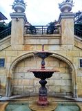 Bild eines kleinen aktiven Brunnens Stockbild