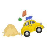 Bild eines kleinen gelben Autos, das schnell und von ihm pdpyut Koffer reitet Lizenzfreies Stockfoto
