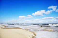 Bild eines leeren Strandes im Winter Stockbild