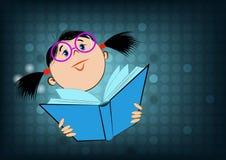 Bild eines Mädchens in den Gläsern, die ein offenes Buch auf blauem Hintergrund halten Lizenzfreie Stockbilder