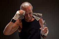 Bild eines müden älteren Mannes nachdem dem Trainieren Lizenzfreie Stockfotos