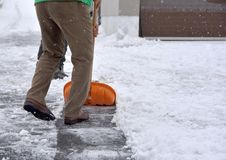 Bild eines Mannes, der den Weg von gefallenem Schnee aufräumt Lizenzfreie Stockfotografie